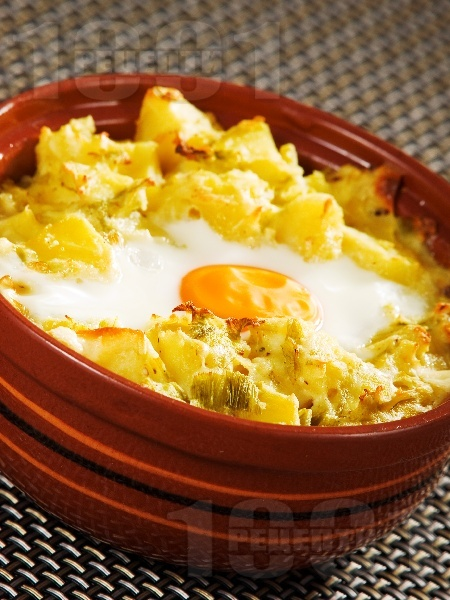 Постни гювечета с картофи, праз лук, топено сирене и яйца - снимка на рецептата